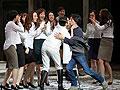 何韵诗舞台上玩女女激吻 被众女摸胸