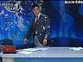 希腊电视台主播直播中被投掷鸡蛋酸奶