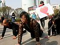 武汉街头大胆行为艺术 女子牵两男街头爬行