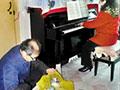 丈夫拾破烂15年攒钱 为妻买钢琴圆梦