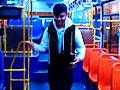 长沙年轻公交司机车上反串爆笑歌曲