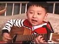 男童霸气指法吉他弹唱网络爆红