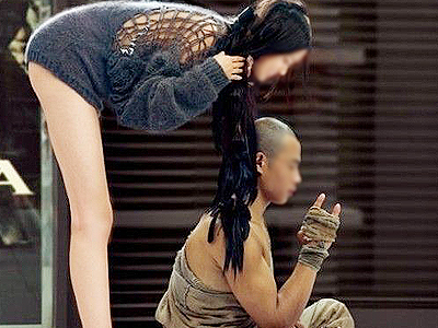 实拍北京俩和尚怀搂美女逛商场