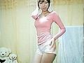 粉衣热裤美女家中自拍 性感身材表情可爱
