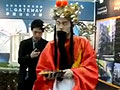 实拍北京房展男子扮财神爷促销卖房