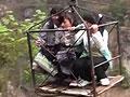 实拍贵州山区学生乘滑索过百米深渊上学