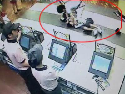 监控拍下两女子在肯德基遭两男子恶意暴打