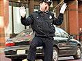 恶搞警察执行公务时JJ被拉链夹住了
