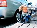 猴子头戴芭比娃娃面具街头行乞