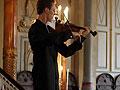 看小提琴手如何应对演奏时遭手机铃声打断