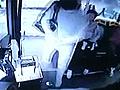 乘客自称特警暴打司机 司机持刀还击