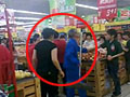 实拍超市女顾客对老清洁工拳打脚踢