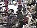 监控拍下两名女子互打掩护偷文胸