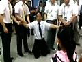 航班延误地勤人员下跪道歉 乘客高呼没用