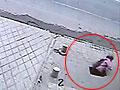 监控拍下女孩突坠深坑 过路的哥跳下救人