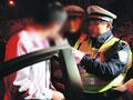 实拍男子酒驾被查逃跑未果掏钱贿赂交警