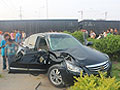 轿车与火车相撞被冲出10米远