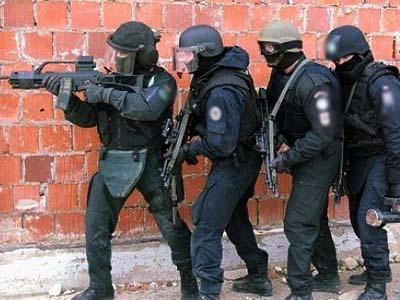 杀人犯身绑炸药手持自制土枪与民警对峙