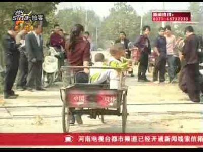 禹州一面包车超载17个孩子 撞上火车遭推行90米