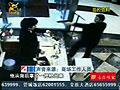 监控拍下男子持假枪抢劫金店全过程