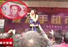 实拍禹州超市疯狂庆典 美女当街抛撒人民币