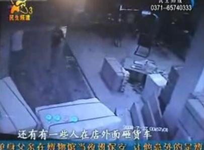 视频:监控拍下20多人持钢管疯狂打砸物流公司