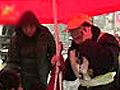 网友热捧河南红伞大姐撑伞举动感动众人