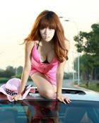 阳光性感的粉色车模