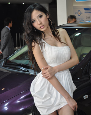 郑州车展 白衣车模半露香肩