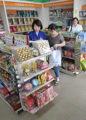 加油站员工帮客户选购商品