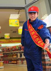 中石化河南石油分公司加油站员工热情欢迎消费者到易捷便利店体验