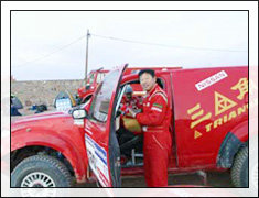 2007年比赛间歇时卢宁军调校赛车