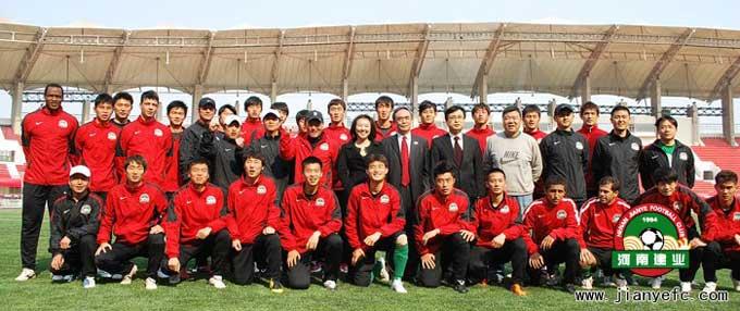 总经理郎效农与建业一线队教练及球员见面