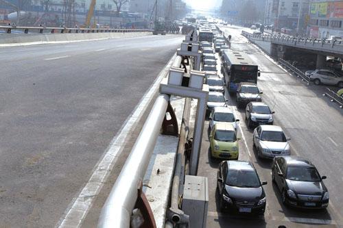 水管爆裂导致大量车辆拥堵