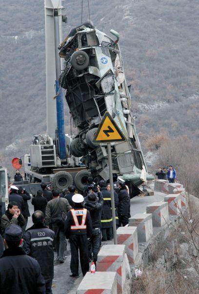 事故车辆被吊出 新华社发