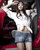 在车中绽放的魅力女孩