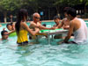 游客游泳池打麻将