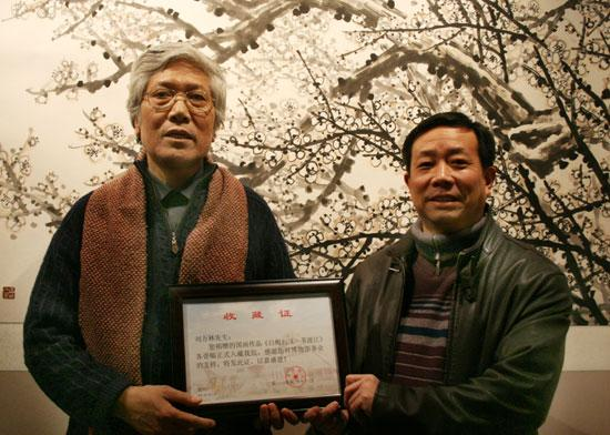 继1987年捐赠代表作《无题》之后,刘万林先生再次向河南博物院捐赠本次花鸟画《白梅》、人物画《一苇渡江》,河南博物院副院长田凯(右1)向刘万林先生颁发收藏证书