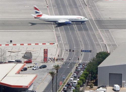 机场跑道之所以从一侧延伸至另一侧的原因在于,它是这里唯一的平坦