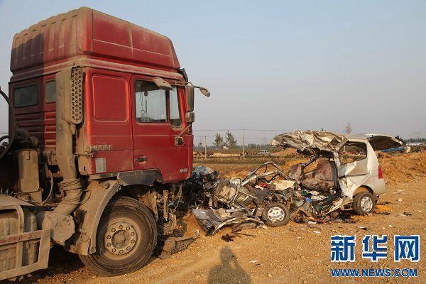 10月7日拍摄的河南南阳市社旗县桥头镇对吴庄村交通事故现场。