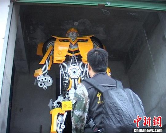 """每天都有人过来欣赏这个用汽车废旧零件制造的""""大黄蜂"""",有的还拍照留念。 赵敏 摄"""