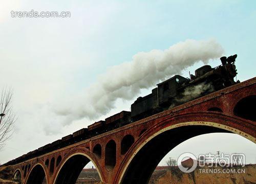 小火车开走后不久,高速铁路高架桥上通过了一列