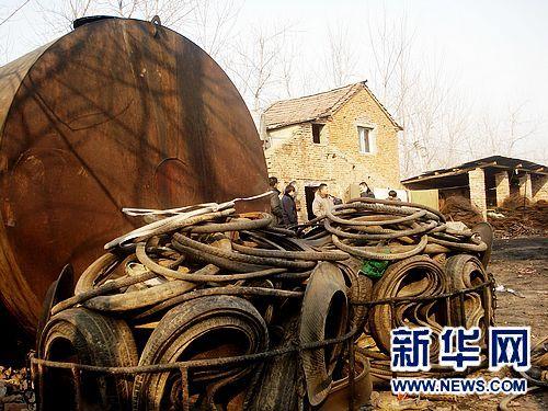 这是1月6日在河南项城一家地下炼油厂拍摄的成堆的废轮胎。