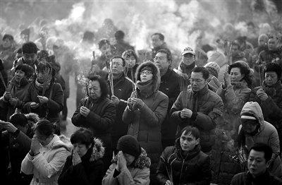 大年初一早7时30分,雍和宫迎客,不计其数的香客涌进,点燃新年第一炷香,祈福新年。当日凌晨就有上百香客排队等候。