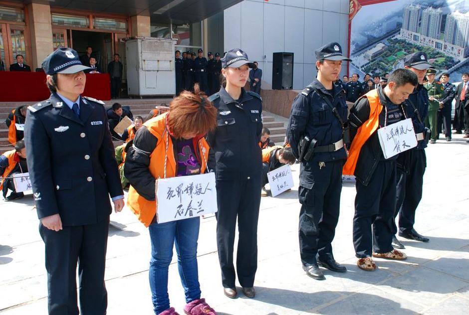项城将51名嫌犯五花大绑公开示众 律师称做法