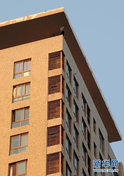 5月19日,轻生女站在30层楼的顶层。