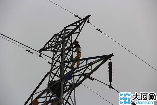 精神病女爬高压电塔 为营救陇海铁路停电半小时