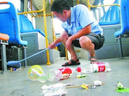 司机在清扫乘客遗留下来的垃圾