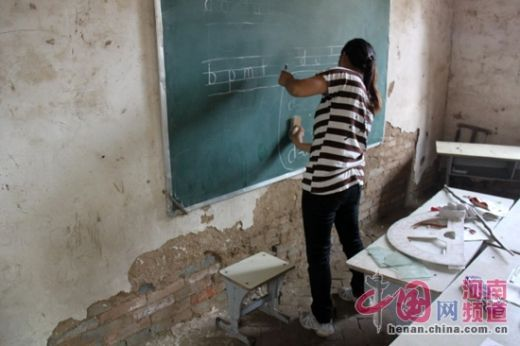 """""""新""""教室的条件十分简陋。"""