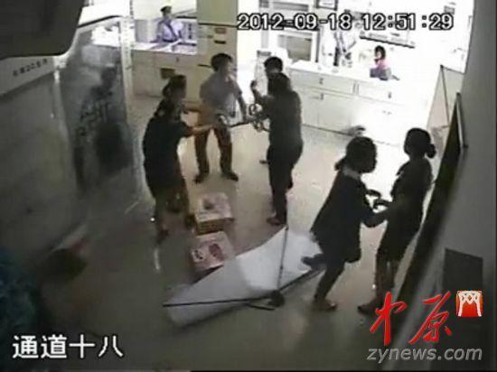 男子欲举起凳子砸向员工,但被周围人拦下